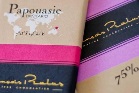 Fragmenty opakowania czekolady Pralus Papouasie